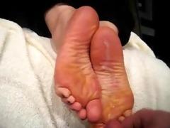 cumming on her arabic feet